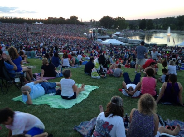 Fair St. Louis crowd on Art Hill at Bonnie Raitt concert July 4.